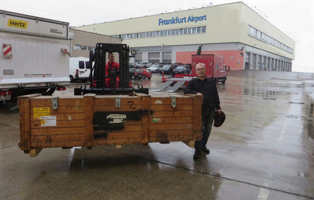 Ankunft der Exponate Frankfurter Flughafen Claus Maywald Der kaukasische Hangmümmler